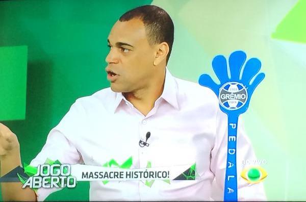 Alo, #MarketingDoGrêmio, eu quero essa mãozinha no próximo jogo da Arena. Favor providenciar... http://t.co/qFM5Fj895W