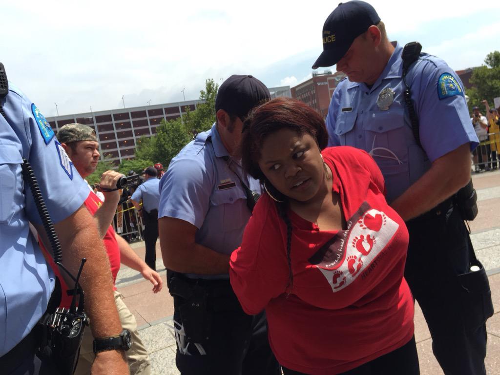 Both @deray and @Nettaaaaaaaa have been arrested. #Ferguson http://t.co/KX6LhimCiy