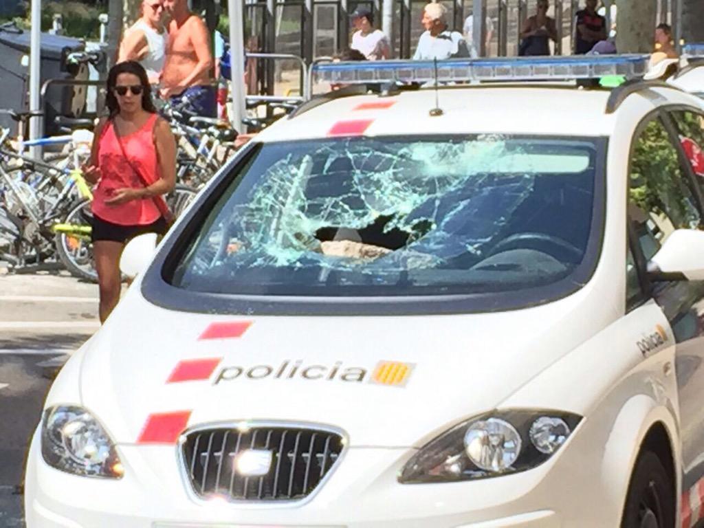 Estat en què han quedat alguns vehicles de @mossoscat en els aldarulls de Salou. http://t.co/Yxrfj4SAxZ