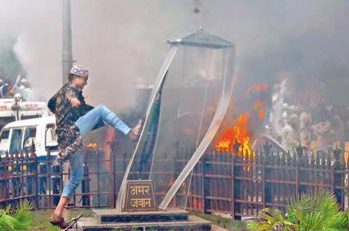 3 years ago today the Azad Maidan riots happened in Mumbai. They demolished the Amar Jawan jyoti and molested women http://t.co/nxSFyGzlWI