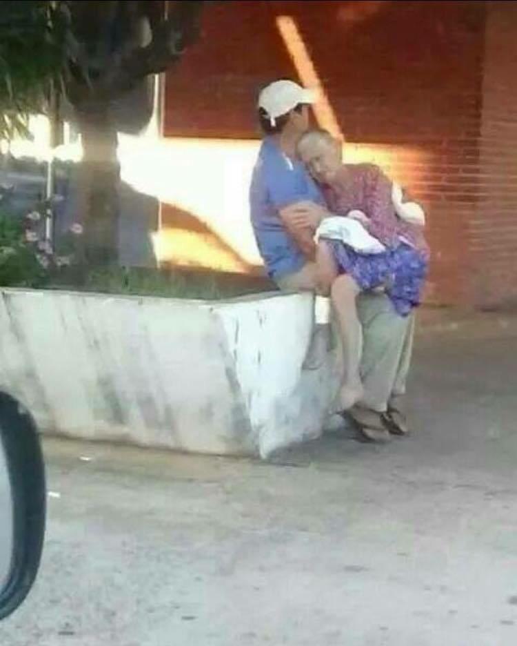 Un hombre cargando a su madre en larga espera en nuestros hospitales. No hay derecho @NicolasMaduro Uds dándose vida http://t.co/4hy6z0EX2X