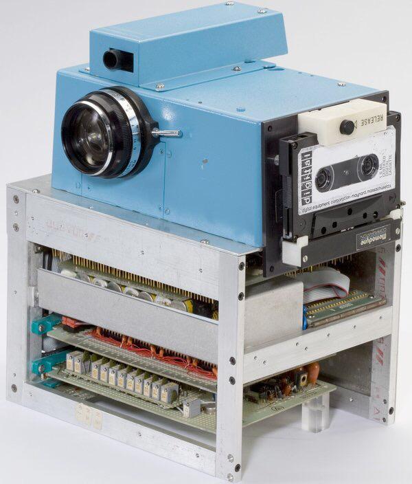 コダックが作った初めてのデジタルカメラか。これは萌える! http://t.co/6SkjrLmyzK