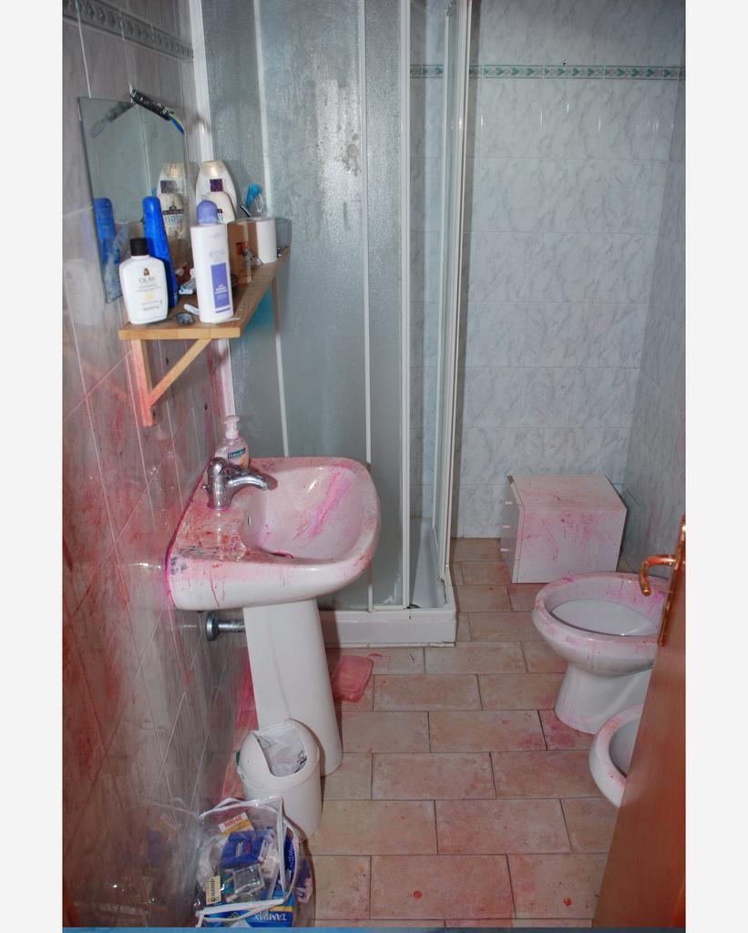 Amanda Knox Photos Crime Scene Amanda Knox Cas...
