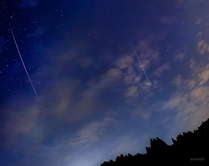 雲の切れ間から流れ星