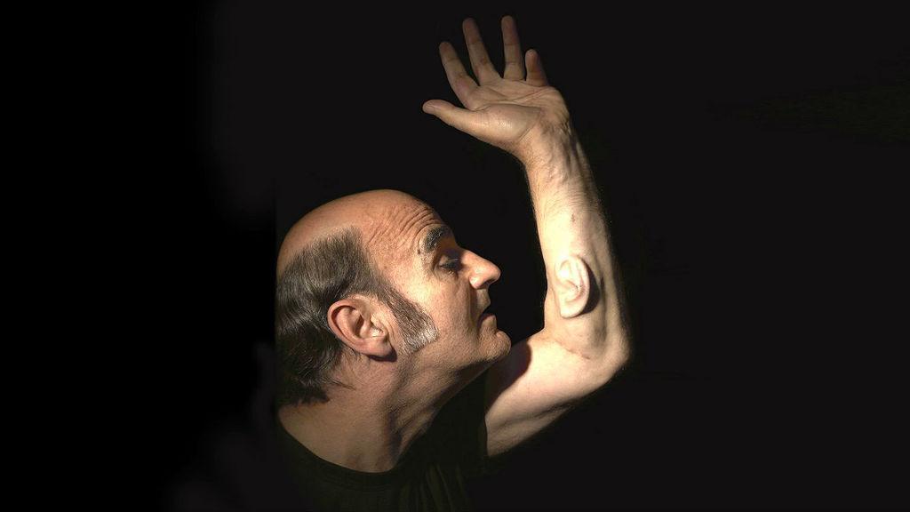 L'artista australiano Stelarc ha tre orecchie, una nel braccio