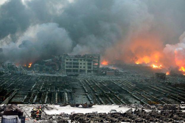 ◆中国・天津の一夜明けた惨状 これ見たら、死者50人って事は無いでしょう どう控えめに見ても、数千人規模ではないかと… 町全てが衝撃波で吹き飛ばされ、焼き尽くされてます http://t.co/KoE79BZ900 http://t.co/fCiYt5M8JZ