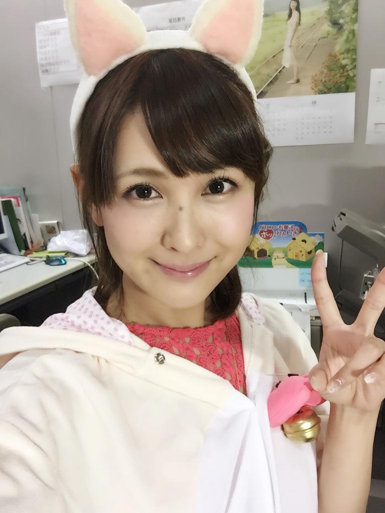 猫耳をつけてピースサインをして笑顔の椿姫彩菜