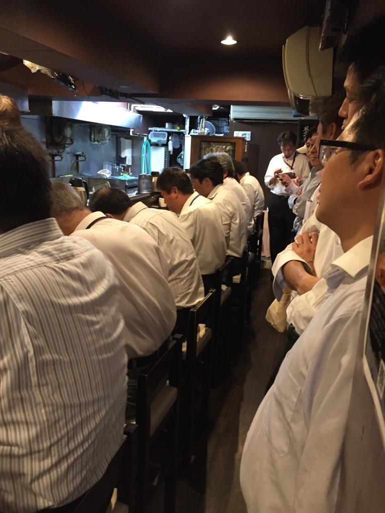 ร้านราเม็งฟูอุนจิ ที่ชินจูกุ คนต่อคิวยาวมากกกก แต่มีการจัดการคิวได้เร็ว เพราะให้ลูกค้ายืนด้านหลังกดดันคนกินเลย 55555 http://t.co/6lYb6yRuQY