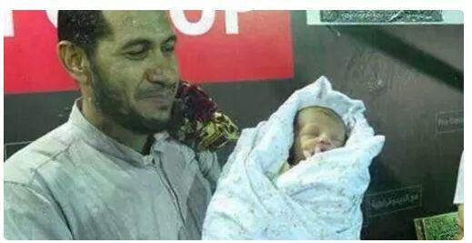 هذا الطفل ولد في رابعه  ومات مختنقا في رابعه  #RememberRabaa http://t.co/6zEi1rOitf