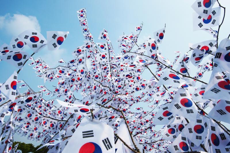 오늘은 #광복70주년 입니다. 광복절의 의미를 되새겨 보면서 주말을 즐겨 보는 건 어떨까요? #정성껏_태극기_달기 #기쁨_두배 http://t.co/4LJX4poxXa