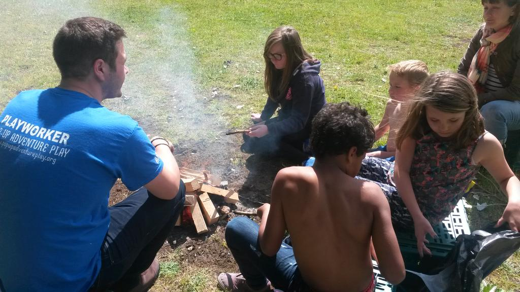 Fire session with @LeftCoastUK #OutdoorCooking with Team #PopUpAdventurePlay pic.twitter.com/eTwCYr1LiW