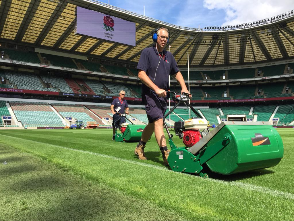 The Twickenham ground staff are busy putting the finishing touches on the turf ahead of tonight's match #ENGvFRA 🌹 http://t.co/yzRmeeIe3x