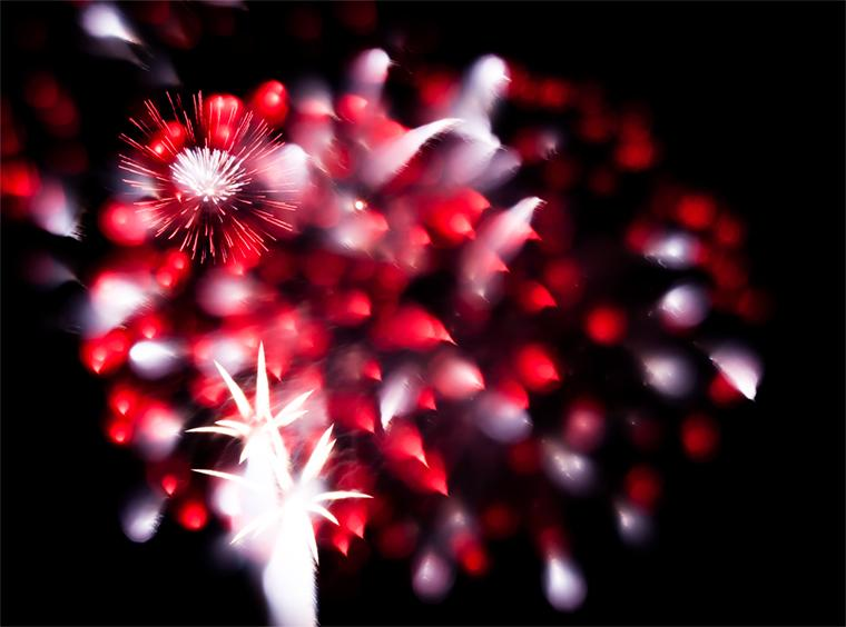 今夜は裏の堤防で市の花火大会。今年もまたピントずらし法で撮ってみた。 今回は全て50mmマクロで。 http://t.co/La2oMj0k7j