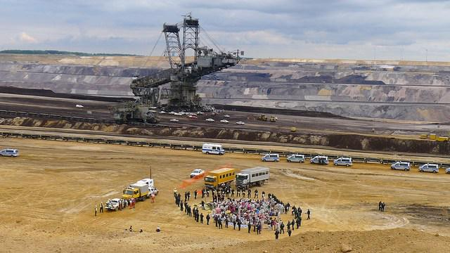 Amazing photos- activists shutting down Europe's biggest CO2 emitter in Germany http://t.co/w88HS5wEZj #EndeGelaende http://t.co/SnKQRFprrz