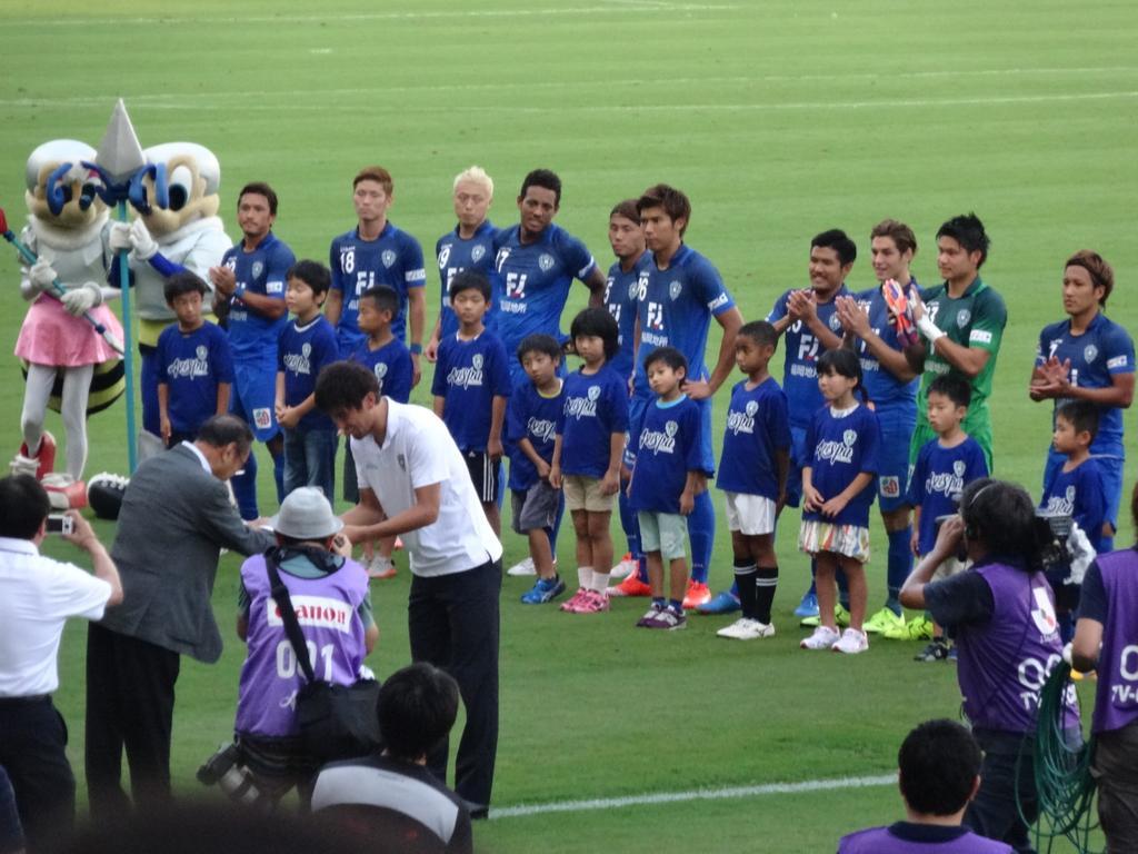 おまけ。元ジュビロの古賀正紘さんがJリーグ通算400試合出場を達成。試合前にセレモニーが行われ、娘さんたちから祝福されてました。彼のことは、東福岡高校時代から知っています。来月で37歳。今夜はベンチ外だったけど、まだまだがんばれ!! http://t.co/QkjK2fqjA7