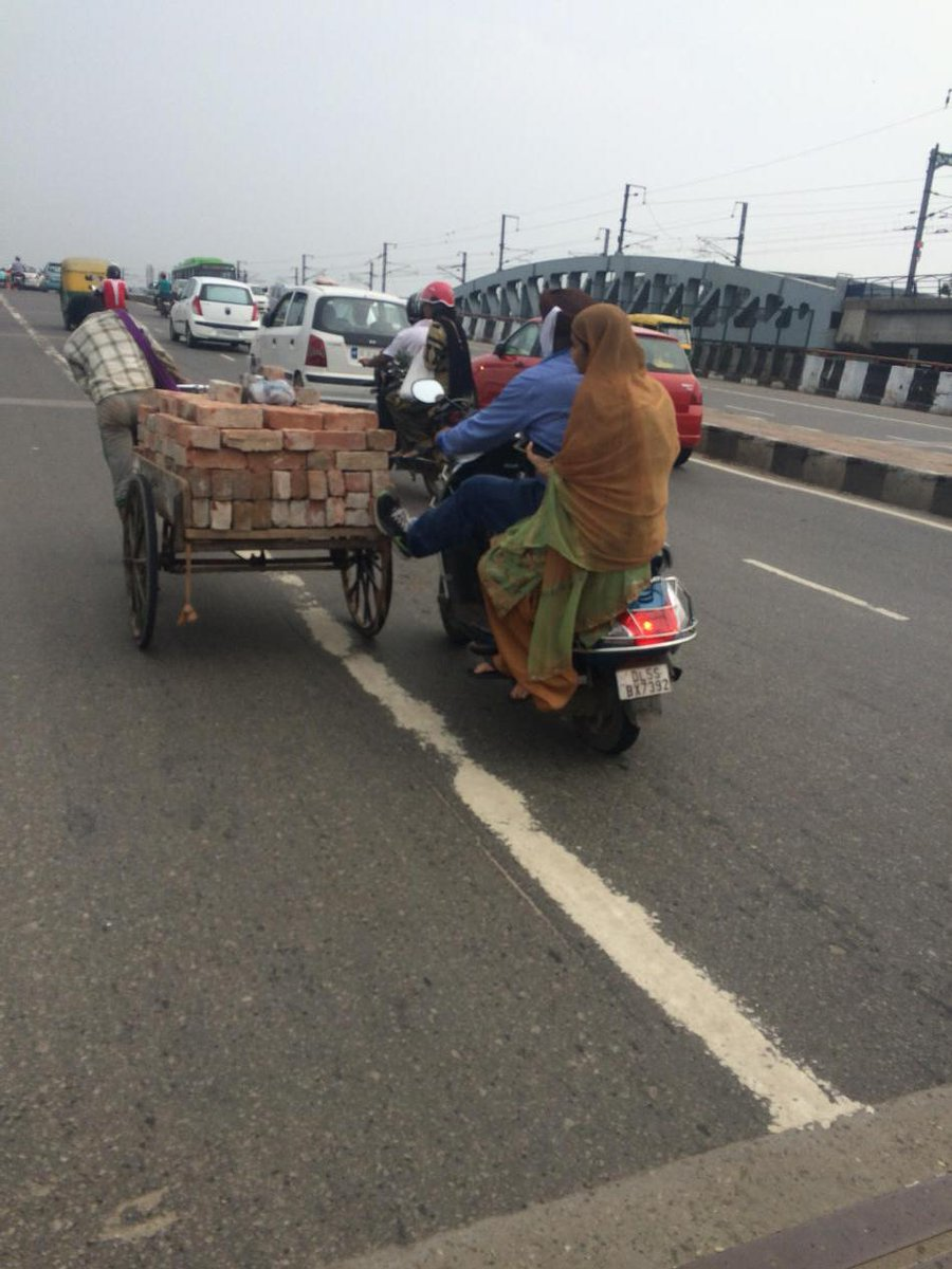 Guy saw rickshaw pullers wife struggling to push rickshaw on a steep flyover & did this #faithinhumanityrestored http://t.co/LW4jqDKpKB