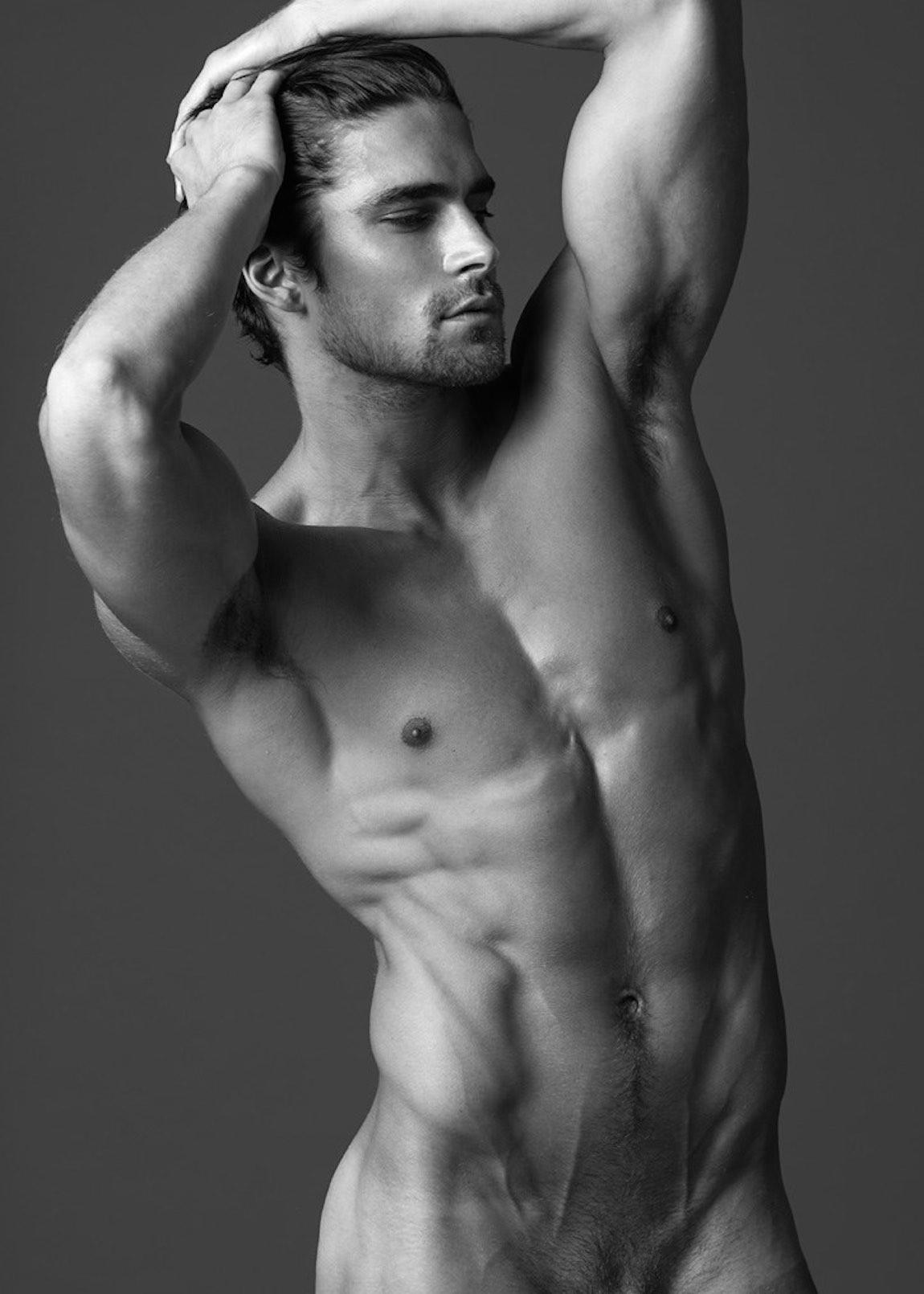 Alex Pettyfer con el torso desnudo junto a Matthew