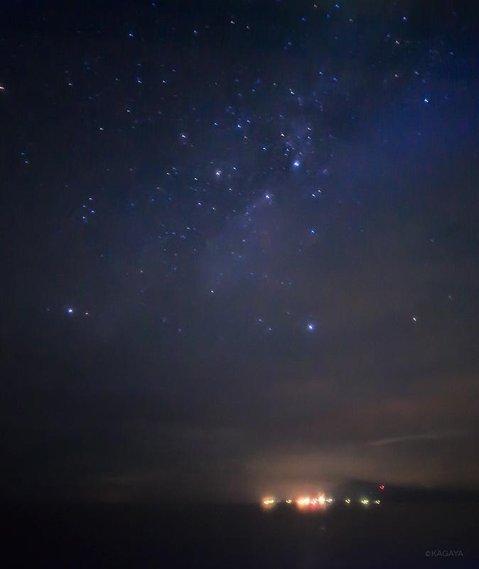 昨夜、航行中の船から撮った天の川。下の光はおそらく大島の街灯りです。揺れながら10秒露出。 pic.twitter.com/001uXE5Qs5