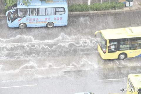 【中国】 天津で雨 → 地面に大量の泡が発生