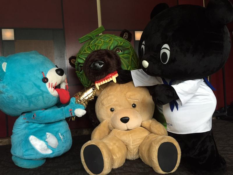 楽屋裏で暇を持て余したクマグマの遊び【テッド】 #変なクマ pic.twitter.com/5BouVxbTAl