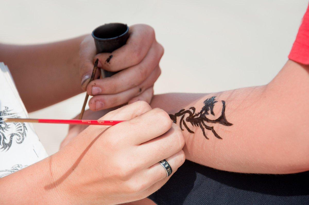 """L'esperienza negativa di una turista in Marocco nel farsi un tatuaggio all'hennè nero (Henna) in spiaggia: """"La sostanza può lasciare ustioni e cicatrici""""."""
