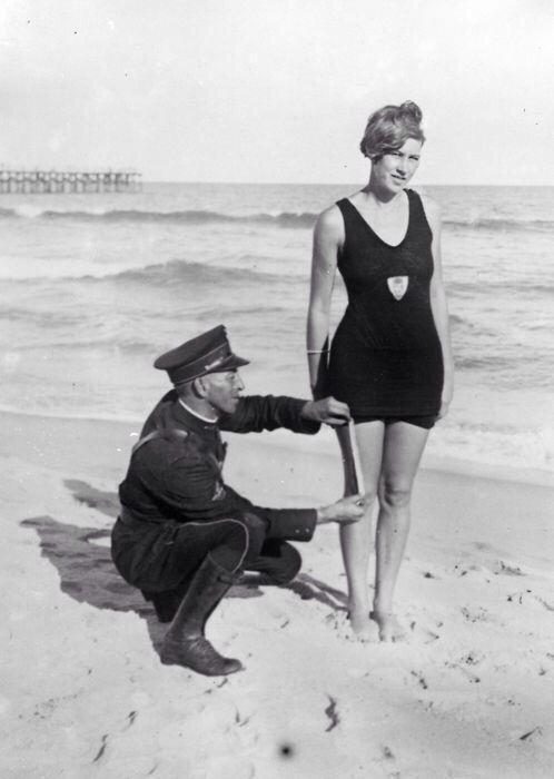 Policía midiendo el traje de baño de una chica para verificar que tenga el tamaño debido, 1925 Police measuring swimsuit girl have to verify the size due 1925
