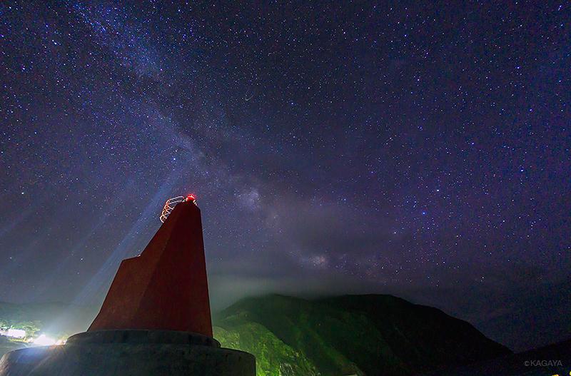 天の川と灯台。海風に吹かれながら夕暮れから港で空を見ていました。(本日御蔵島にて撮影) pic.twitter.com/Vzr5CznWP9