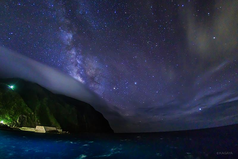 イルカの海と天の川。(本日御蔵島にて撮影) pic.twitter.com/BUUaCHJfzT