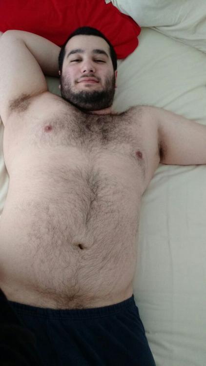 Красивый кавказец занимается сексом