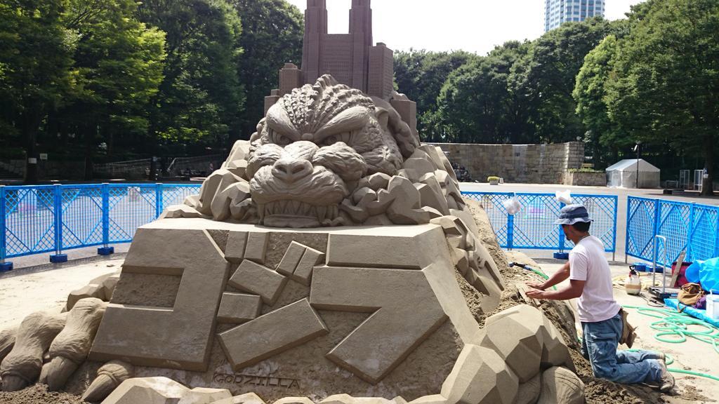 新宿中央公園の砂のゴジラ凄い楽しい! pic.twitter.com/fCsfK9YuXu