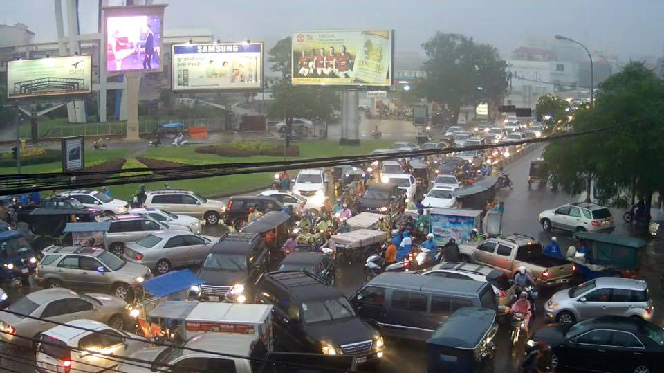 Traffic in #PhnomPenh #Cambodia At the intersection of Sihanouk Blvd and Monireth #onlyincambodia http://t.co/lsQzEmPTOL