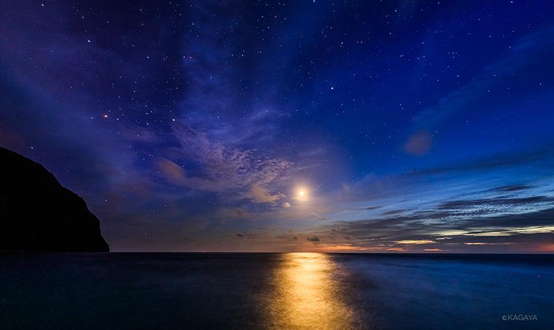 色づく薄明の宵、星々が輝き始めると、細い月が照らす海に光の道ができました。(本日御蔵島にて撮影) pic.twitter.com/ZvpNUfVv4s