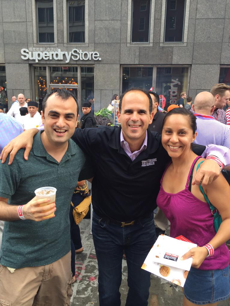 At a burger off and run into @marcuslemonis promoting Standard Burger restaurant. Fun seeing the guys from the show! http://t.co/8NzgjY1QdZ