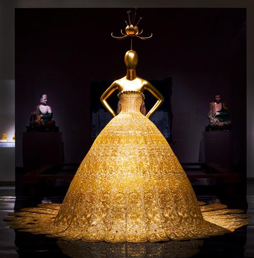 Anna Wintour to sign exhibition catalogues for #ChinaLookingGlass at @metmuseum tomorrow 3-4pm http://t.co/I97t2crIVi http://t.co/ue3JFI2RS7