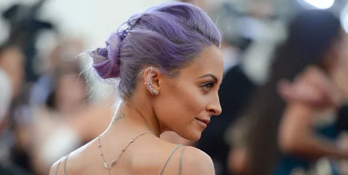 How to pull off colored hair at any age, according to Nicole Richie: http://t.co/AnQuasAf4u http://t.co/QsKHEbbTQJ