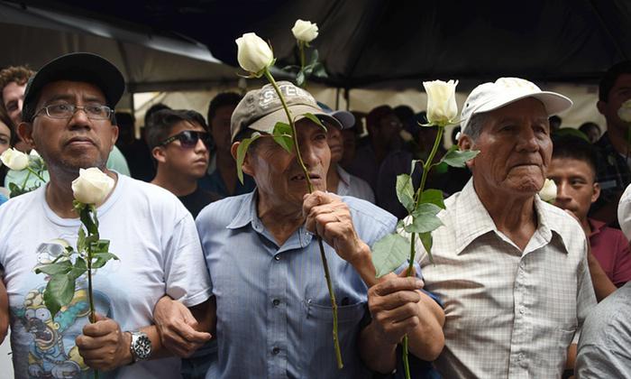 Human wall shielded #Guatemalan members of congress debating stripping President's immunity http://t.co/4R0qRqcBOk http://t.co/gYoAXkyyK0