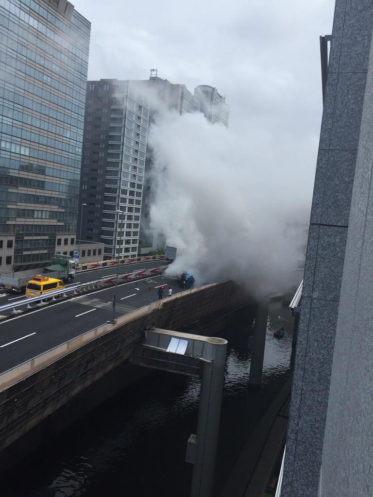 うちの会社の下の首都高でヤバい事故が有ったΣ(゚д゚lll) pic.twitter.com/NuQ86g4F8b