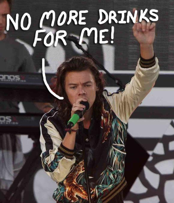 Oh No! #HarryStyles got hit in the face with a can at a #OneDirection concert! Watch HERE! http://t.co/CgrNTgcZ70 http://t.co/NyGv9HODOb
