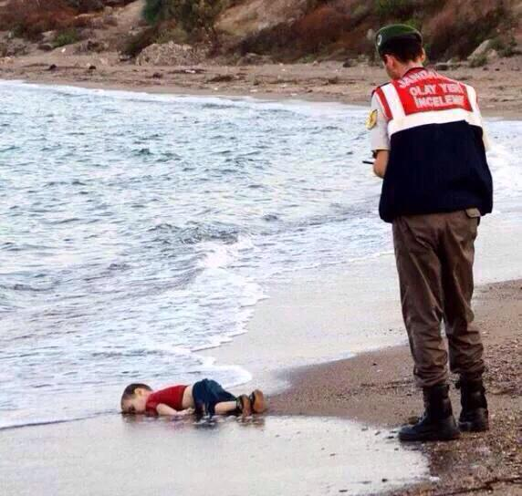 Het jongetje dat aanspoelde in Bodrum heette Aylan Kurdi, 3 jaar oud. Een Syrische Koerd. http://t.co/bEJ8LEFLTc http://t.co/N4IrzKw2Ti