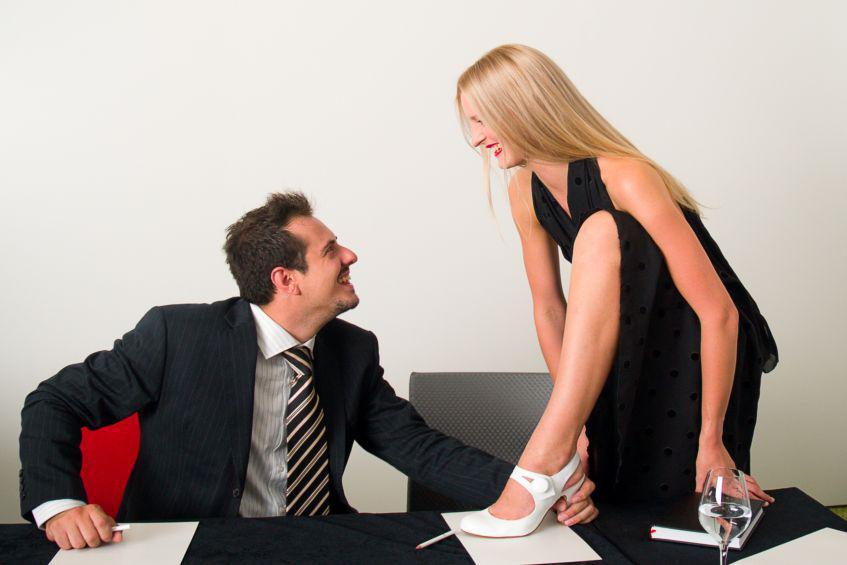 одной директор соблазняет подчиненную посетитель