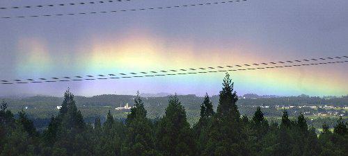 こんな虹、初めて見た。  まるでオーロラ 山並みにベール状の虹/十和田(デーリー東北新聞社) - Yahoo!ニュース http://t.co/zGJIa9icAX http://t.co/GaET8tolw9
