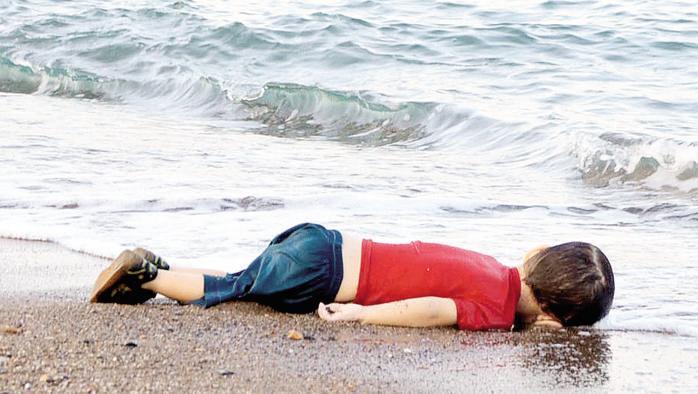 La spiaggia su cui muore l'Europa, ecco perché abbiamo pubblicato questa foto @mariocalabresi http://t.co/8tjwouVxEz