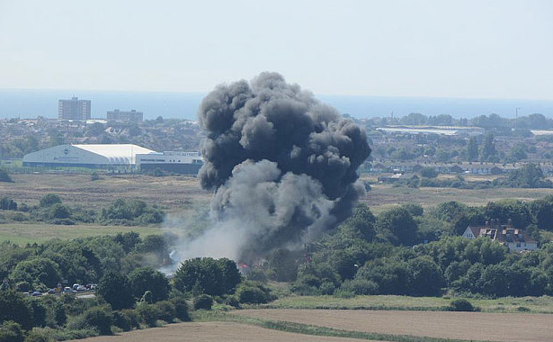 Plane crashes at #Shoreham Air Show - latest http://t.co/8U1a3Kf2jG http://t.co/6KVoOl63wU