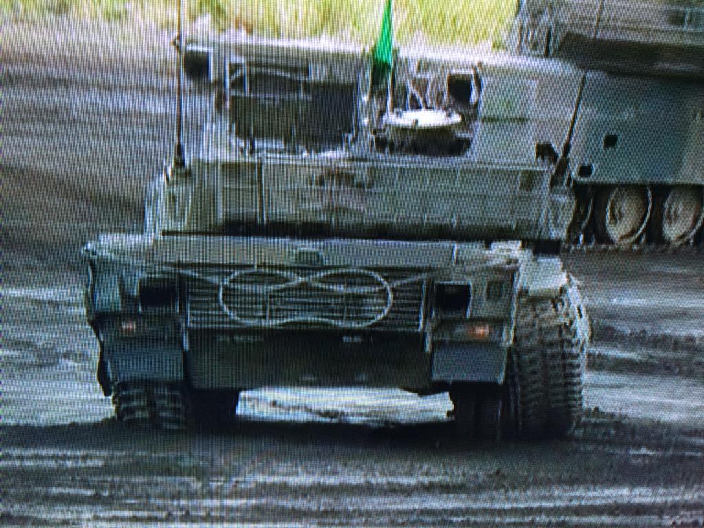 履帯脱落しかけてますね、整備隊は大目玉だろうなあ。 http://t.co/9u4C3TCfqh