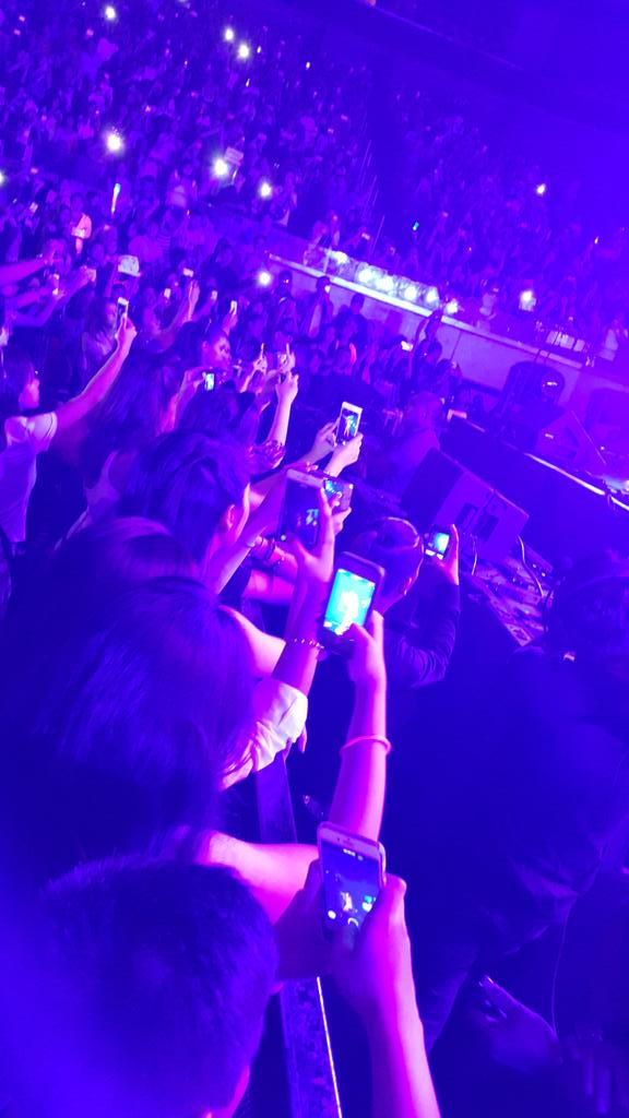 Yna Macaspac is just 6 people away from me at the #SmartArianaGrande concert. Spot her! :D @bernardokath http://t.co/lsRZA48Qgl