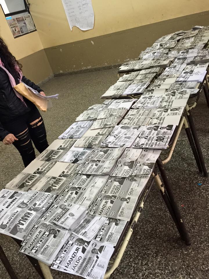 """Explicación gráfica de la nefasta """"Ley de acoples"""" que rige en #Tucumán. Así es una mesa de hoy para votar. http://t.co/plFVKWg3r2"""