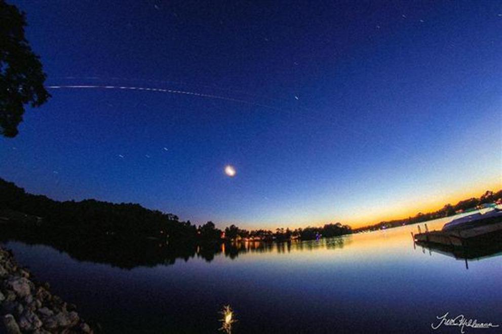 宇宙ステーションと「こうのとり」を米の大学生が地上からの撮影に成功した。2本の光の筋が広角レンズで捉えられた。NASA司令室の若田氏とISSの油井氏。日本人だけで作業するドッギングは今日だsankei.com/life/news/1508… pic.twitter.com/jNOVbuRAfj