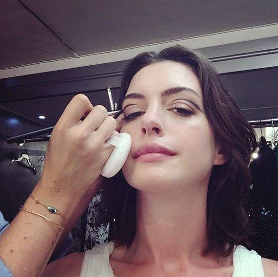 Anne Hathaway Instagram: Anne Hathaway Gets Creative With Graphic Eyeliner In This