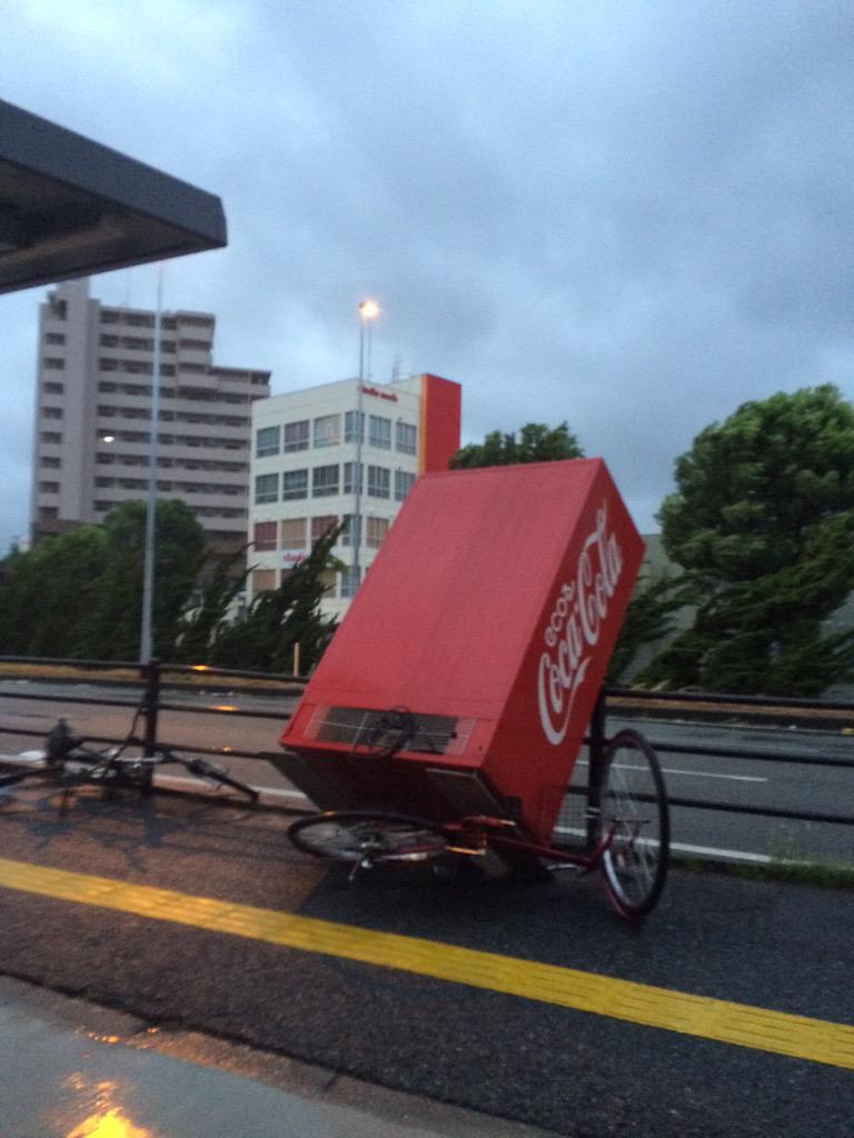 台風15号が熊本県荒尾市付近に上陸!被害が拡大しそうだ…{(-_-)}我が家の前ではコーラの自販機が3mほどぶっ飛ばされて自転車が潰されてます!(◎_◎;) pic.twitter.com/ytX73idJOi