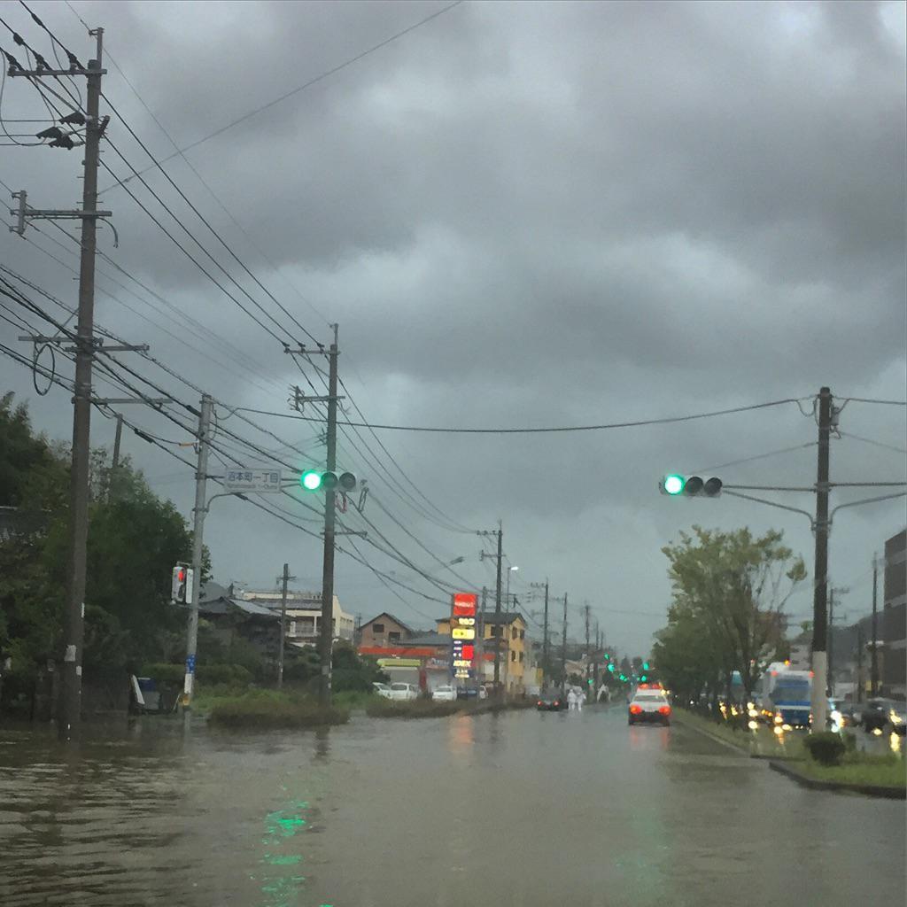 どうしても行かなければならない用事があって、台風のピーク前にと少し出掛けたら、冠水、飛来物、街路樹や看板等の倒壊など、あちこちで台風の影響が。その帰り道、消防団から要請。とにかく人的被害が出ないことを願って出動。 http://t.co/ksct2io8ov